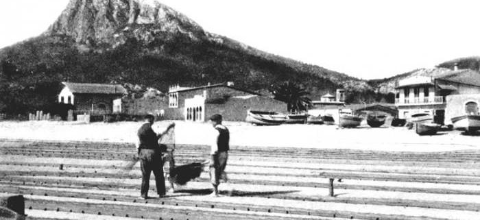 pescadores en la playa tirando red
